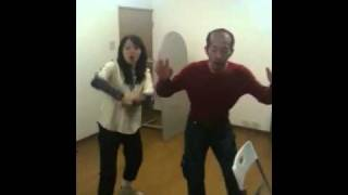 テノヒラサイズ致命的誤謬稽古場にて、稽古のワンシーン この踊りが本編...