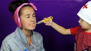 Рома играет в зубного доктора