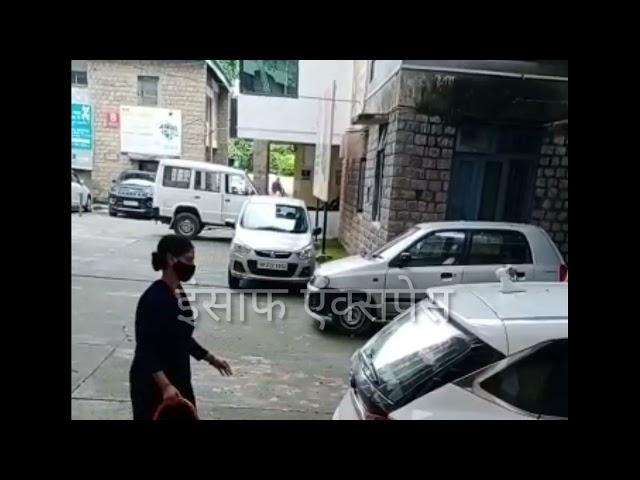 सुजानपुर हॉस्पिटल में महिला सफाई कर्मचारी गाड़ियां साफ करती हुई?