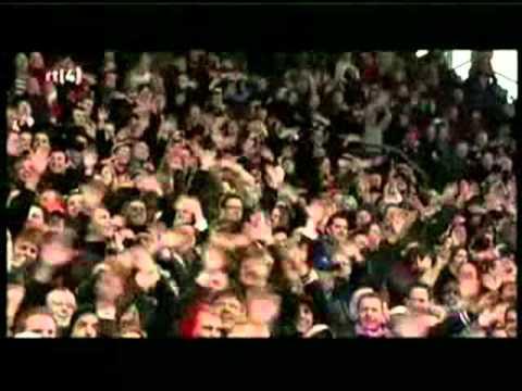 Louis van Gaal owns FC Utrecht fans and wave back. ** Briljant **