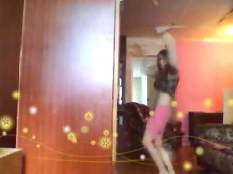 Девка танцует