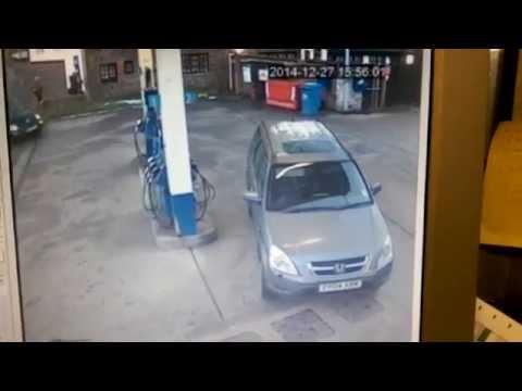 funny-fail-woman-gas-station-petrol-cap
