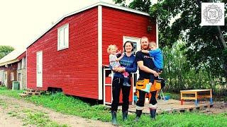 Familie lebt zu viert im Tiny House in Schweden