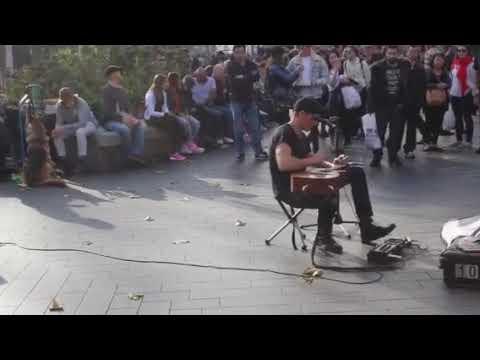 уличный музыкант на гитаре в Лондоне
