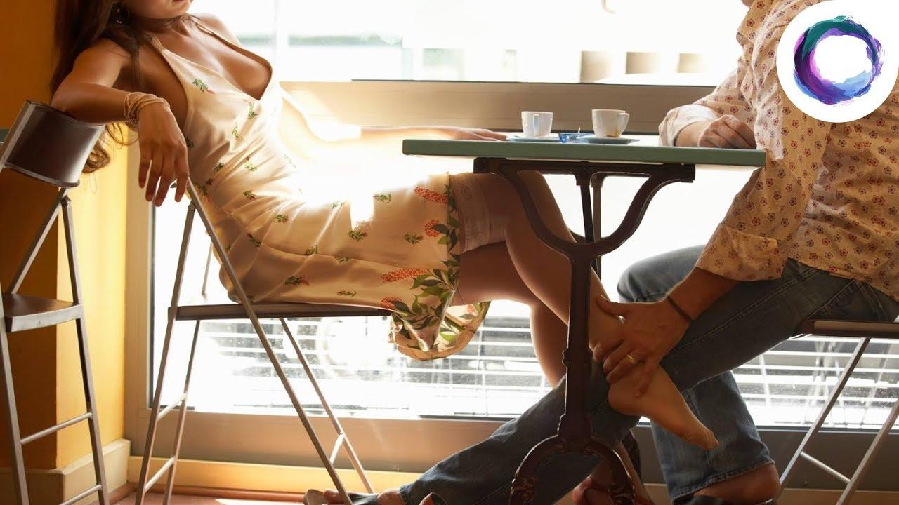 видео девушек под столом