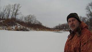 Рыбалка зимой на речке по первому льду