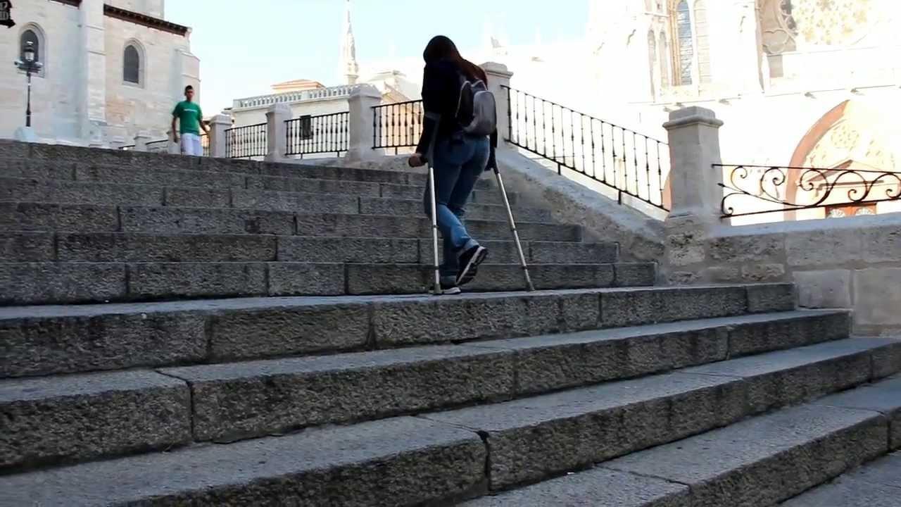 Subir y bajar escaleras con muletas  YouTube