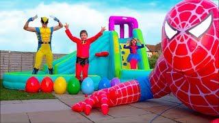 Download Hulk готовит Максу праздничный завтрак а Spider-Man подарил гигантского надувного Человека Паука Mp3 and Videos
