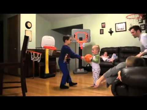 kenhvideo.com - Em bé 2 tuổi rưỡi với tài ném bóng rổ siêu đẳng