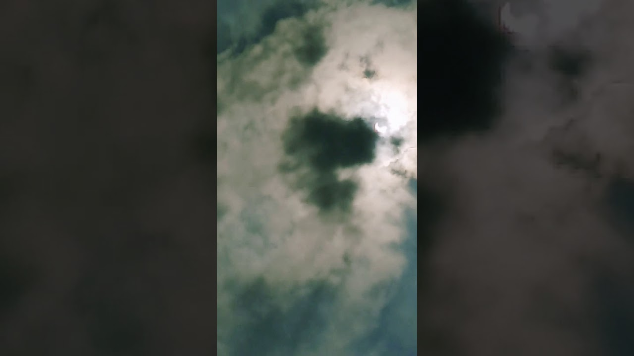Detik detik gerhana matahari nampak ada gambar / bentuk kepala mata dan alis,