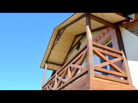 Деревянный балкон с перилами в стиле фахверк.