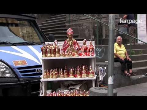 Napoli, San Gennaro: abusivi invadono via Duomo e la polizia non interviene