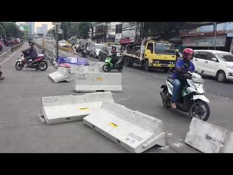 Warga Bongkar Pembatas Jalan Simpang Duren Tiga, Kepadatan Kendaraan Mengular