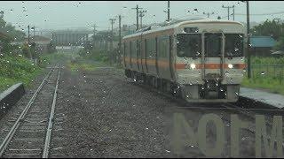 一身田駅での列車交換で下り列車とすれ違う紀勢本線上りキハ25形の前面展望