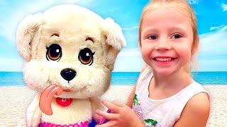 ستايسي والأب يلعبان على الشاطئ.