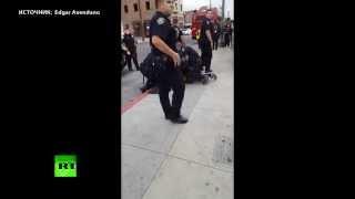 В США полицейский побил школьника за переход в неположенном месте