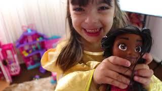 Esconde esconde princesas - Laura plays Hide and Seek with Disney Princess Dolls Video for kids !