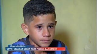 Menino sonha em ser jogador de futebol para tirar família da pobreza