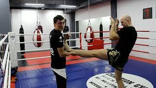 Видео-урок по тайскому боксу | Контратака против прямого удара ногой