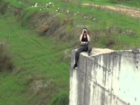 Девушка на краю пропасти