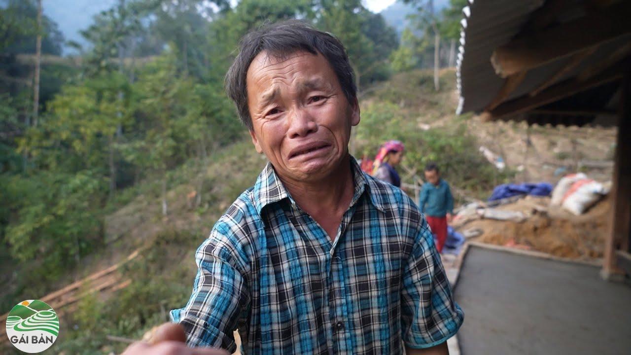 A Sùng bật khóc khi xong nhà - bắt gặp vợ A Chú leo nóc nhà lợp mái