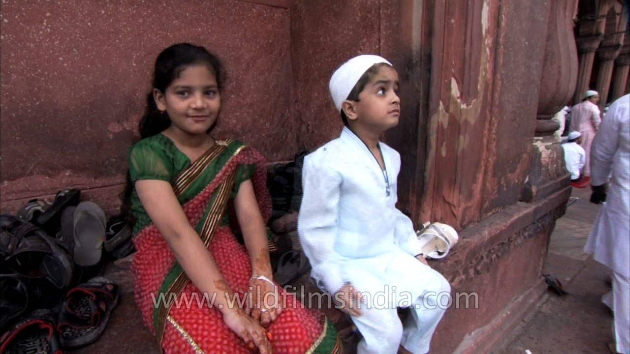 Cute Hindu and Muslim kids dress up for Eid at Jama Masjid - YouTube