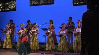 ハワイアンを演奏と歌 ウクレレの女性は皆さん綺麗な方ですね。