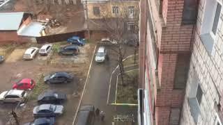 Блокирует во дворе машину соседа внедорожником. Киров