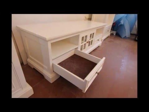 Белая мебель из дерева для традиционной гостиной
