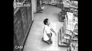 ¡Tenebroso! Joven es poseído por un fantasma en supermercado