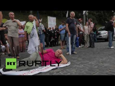 Ukraine: Kiev protesters decry 'thieving' banks