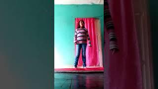 Kassandra asiendo gimnacia sin ayuda