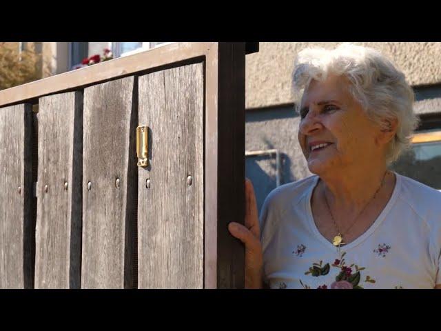 Csepel teherautóról, szerenáddal köszöntöttük a 84 éves Wittner Máriát