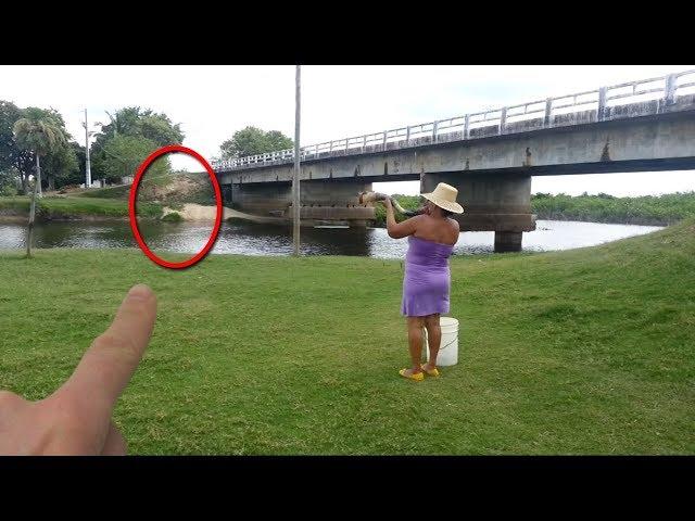 Para Pengunjung Kaget!! Saat Wanita ini Main Terompet, Tiba² Muncul Sosok ini Dari Sungai! Lihat!