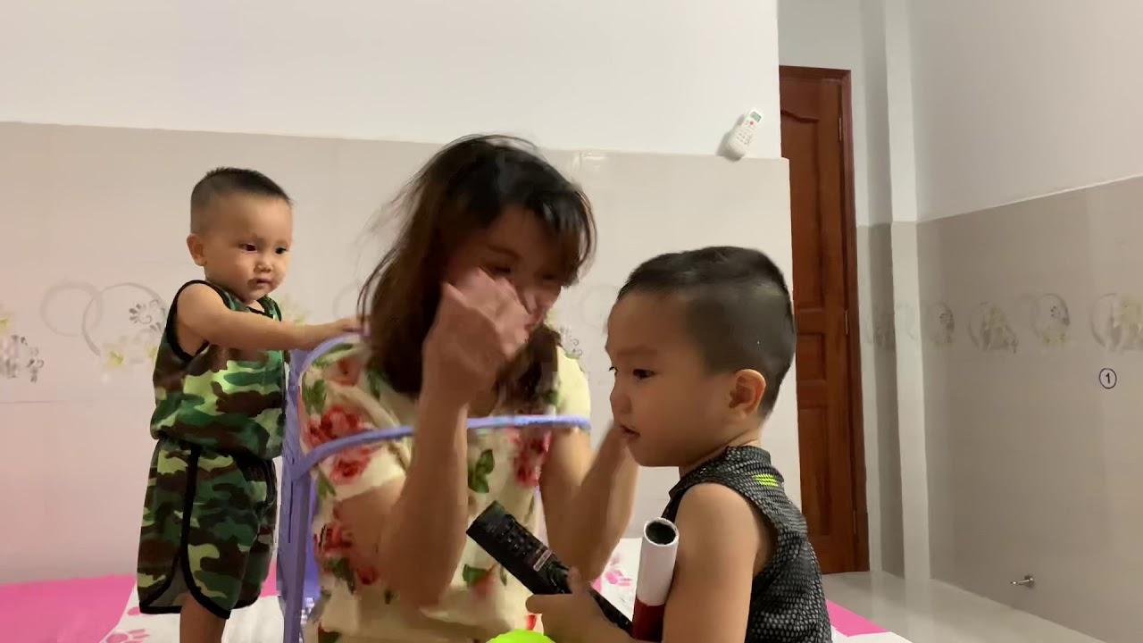 SHOCK NẶNG THẦN ĐỒNG 2 tuổi BIẾT CẮT TÓC CHO MẸ