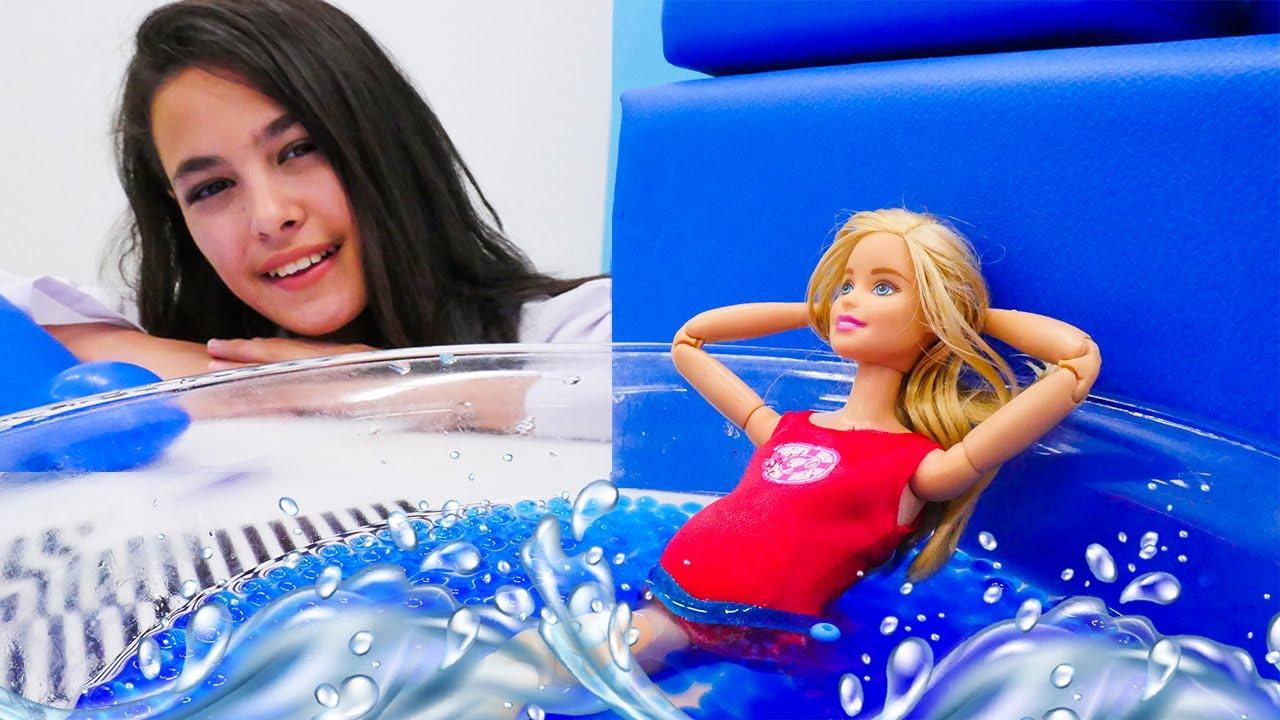 Havuz oyunu! Oyuncak bebek Barbie spor ve havuz keyfi yapıyor!