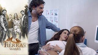 Carolina y Daniel conocen a su hijo | En tierras salvajes- Televisa