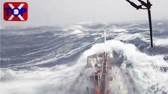 Navi in tempesta onde enormi
