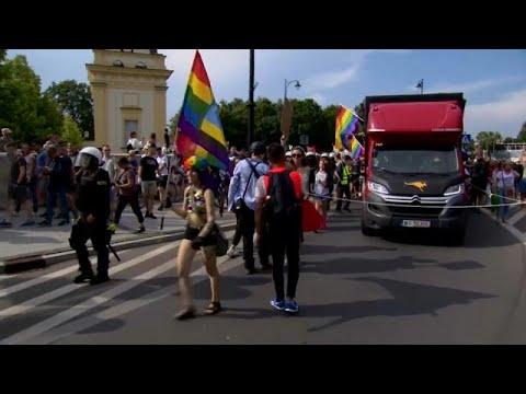 شاهد: مواجهات بين الشرطة وأفراد من اليمين المتطرف هاجموا مسيرة للمثليين في بولندا…  - 18:54-2019 / 7 / 21