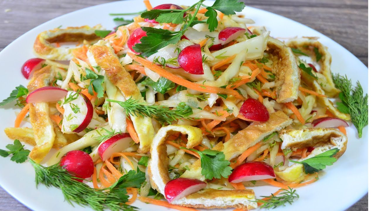 Рецепт салата из капусты, редиски с яичницей. Без майонеза, с салатной заправкой.