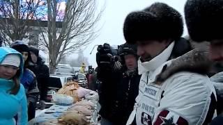 Мэр Набережных Челнов Василь Шайхразиев покупает гусей на гусиной ярмарке