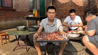 【食味阿远】700多块做了一席,阿远表哥来家做客,小龙虾、牛肉串上齐了 | Shi Wei A Yuan