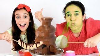 CHOCOLATE VS COMIDA DE VERDADE ★ Desafio Potinhos Surpresa com a Mamãe (Chocolate Fondue Challenge)