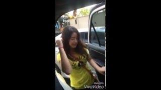 เพื่อนแกล้งไม่ยอมให้เข้ารถ สาวน่ารักเลยต้อง เต้นย่อ โชว์กลางถนนแบบนี้ !!