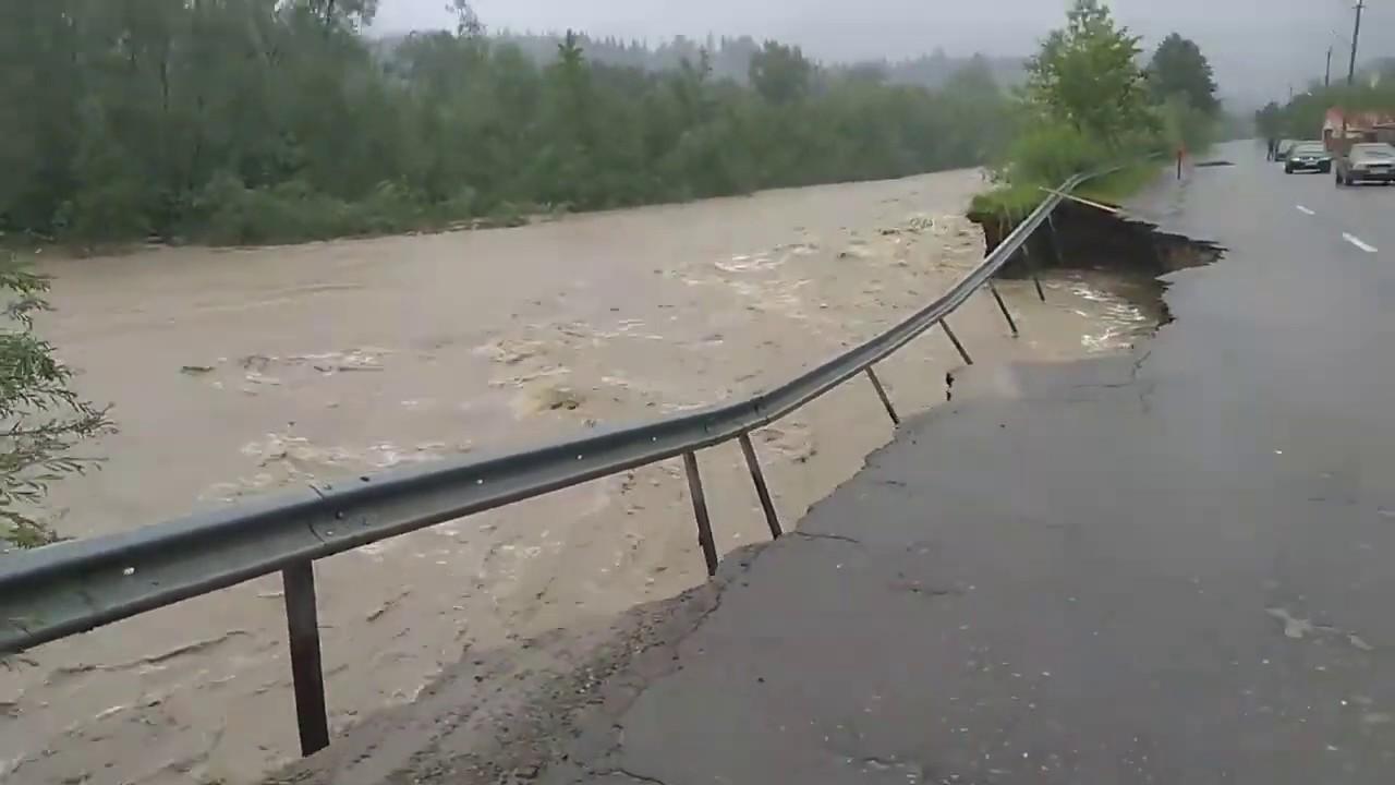 Потоп в Западной Украине | Реки уничтожают дома и мосты - YouTube