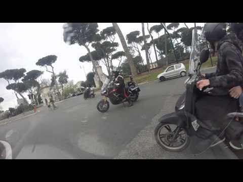 Carabinieri motociclisti in sirena con scorta. Roma.