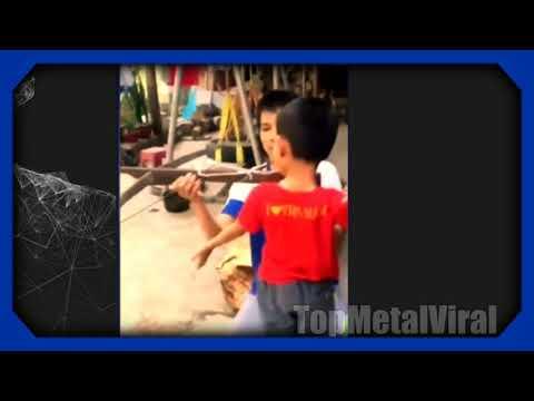 Un niño se saca un diente de leche con una ballesta