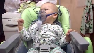 Лечение ингалятором, ингалятор компрессорный небулайзер!(Лечение ингалятором, ингалятор компрессорный небулайзер. Ребенок 7 месяцев сидит в детском стульчике и..., 2014-09-27T14:19:05.000Z)