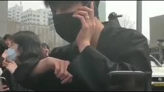 아이콘 구준회 iKON Koo Junhoe surprising fans at hongdae street.