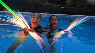 100 GLOW STICKS IN THE POOL | FamousTubeKIDS